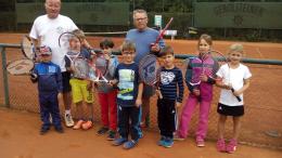 """Unser Bild zeigt von links Reiner Redwanz (Sportwart), Kinder der Kita """"Kleine Helden"""" Gerolstein sowie Bernd Borens (von den Kindern liebevoll """"Beppo"""" genannt) Trainer im TC Gerolstein"""