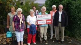 Brigitte Klassmann (links), Senioren des Seniorenkreises und Erwin Borsch (4. Vorsitzender des BÜRGERDIENST e.V.)