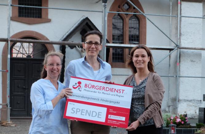v.l.n.r.: Susanne Eich und Ruxandra Gericke (Kirchengemeinderat Wiesbaum) und Andrea Rätz-Schröder (BÜRGERDIENST e.V.)