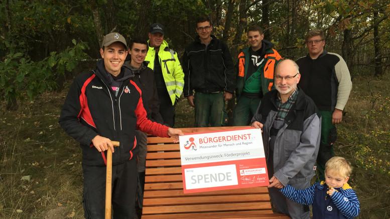 Mitglieder der Jugend Bongard beim Aufstellen der Waldruheliege, Erwin Borsch 4.Vorsitzender Bürgerdienst e.V.