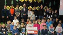 Unser Bild zeigt von links nach rechts: Werner Peters (Bürgerdienst), Beate Neugebauer-Kraft (Schulleiterin), Karl-Heinz Schwartz (Vorsitzender Förderverein) sowie Schülerinnen und Schüler der Schule.
