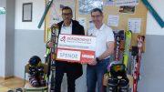 Tyrone Winbush vom BÜRGERDIENST e.V. bei der Spendenübergabe mit Sportlehrer Harald Neumann. Foto: M. Neumann