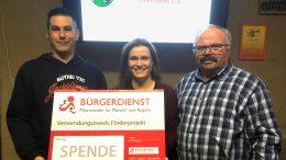 v.l.n.r.: Sascha Häp (Kassenführer des Fördervereins der FFW Üdersdorf e.V.), Andrea Rätz-Schröder (2. Vorsitzende des BÜRGERDIENST e.V.) und Dieter Götten (Vorsitzender des Fördervereins der FFW Üdersdorf e.V.)