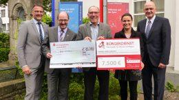 Zur offiziellen Spendenübergabe kamen Landrat Heinz-Peter Thiel, Andrea Rätz-Schröder, Bürgerdienst e.V. sowie die Vorstandsvorsitzenden der Kreissparkasse Vulkaneifel Stefan Alt und Dietmar Pitzen zusammen.