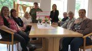 """Besucherinnen des """"Offenen Treffs"""" im Mehrgenerationenhaus (MGH) mit Rita Novaki (Leiterin des MGH Gerolstein; Mitte links) und Andrea Rätz-Schröder (2.Vorsitzende des BÜRGERDIENST e.V.; Mitte rechts)"""