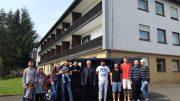 Alle freuen sich über die Zuwendung des BÜRGERDIENST e.V. zur Beschaffung des Fahrzeuges für die Gemeinschaftsunterkunft für Asylbewerber in Desserath. v.l.n.r.: 2 Asylbewerber-Familien mit Kindern, Fahrer Paul Anders, Hubert Braun (1.Vorsitzender Jugendzentrum Steineberg e.V.) fünf Asylbewerber