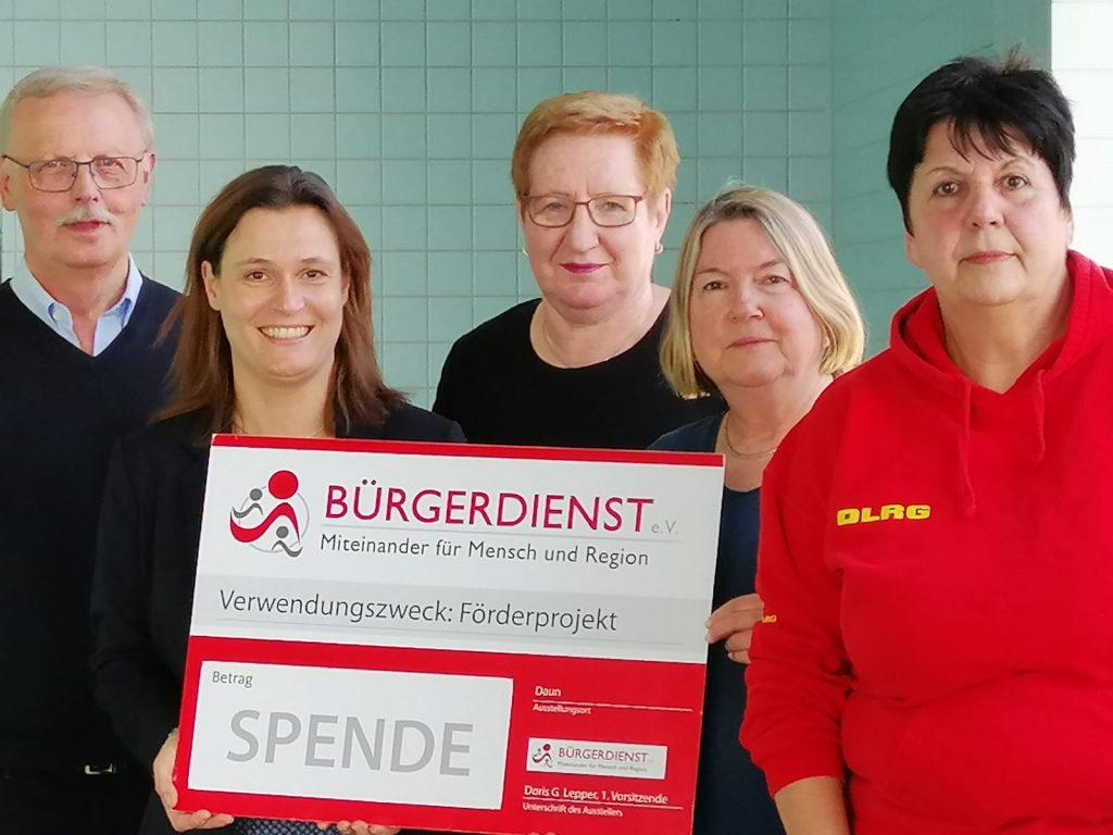 Die Unterstützung des BÜRGERDIENST e.V. für das Frauenschwimmen in Steineberg wird gerne angenommen. v.l.n.r.: Hubert Braun (1.Vorsitzender Jugendzentrum Steineberg e.V.), Andrea Rätz-Schröder (2. Vorsitzende des BÜRGERDIENST e.V.), Eugenie Diederichs, Ingrid Schultze und Kursleiterin Bettina Schäfer (DLRG).