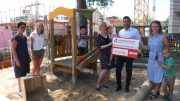 Bürgerdienst e.V. unterstützt Kindertagesstätte Thomas Morus Daun: Tyrone Winbush (Mitglied des Vorstands des Bürgerdienst e.V. übergibt den symbolischen Spendenscheck an die Repräsentanten der Kindertagesstätte.