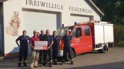 Unser Bild zeigt im Vordergrund links Werner Peters, 3. Vorsitzender Bürgerdienst e.V. sowie rechts davon Marc Schiffels, Wehrführer der Freiwilligen Feuerwehr Bausendorf sowie Feuerwehrkameraden