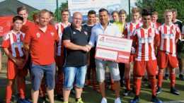 JFV Vulkaneifel nimmt mit Unterstützung des Bürgerdienst e.V. an Copa Maresme in Spanien teil. Die symbolische Spendenscheckübergabe erfolgte durch Tyrone Winbush, Vorstandsmitglied des Bürgerdienstes, im Rahmen des HS-Cups auf der Sportanlage in Strohn.