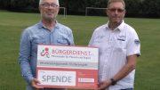 Unser Bild zeigt links: Werner Peters, Bürgerdienst e.V. und daneben Thomas Klarhöfer, 1. Vorsitzender SV Hallschlag