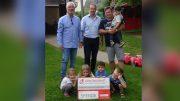 Unser Bild zeigt von links nach rechts: Werner Peters, Bürgerdienst e.V., Jürgen Clemens, Ortsbürgermeister Gemeinde Densborn, Fabian Koch, KITA Densborn und einige Kinder der KITA Densborn