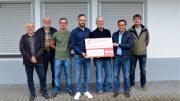 Unser Bild zeigt Werner Peters, 3. Vorsitzender BÜRGERDIENST e.V. (3. v.r.) zusammen mit den Vertretern des SV Gillenfeld bei der Spendenübergabe am Vereinsheim in Gillenfeld