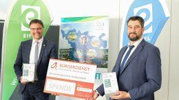 Sichtlich erfreut übernahm Landrat Heinz-Peter Thiel die großzügige Spende des BÜRGER-DIENST e.V. von Vorstandsmitglied Elmar Möller entgegen.
