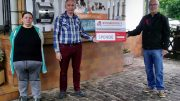 """Der Bürgerdienst e.V. unterstützt """"Tierteller Eifel e.V."""" in Jünkerath: Unser Foto zeigt Werner Peters, Vorstandsmitglied des Bürgerdienst e.V., bei der symbolischen Spendenübergabe in Jünkerath."""