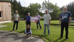 Auf dem Bild zu sehen sind von links nach rechts: Oliver Schüttler, Erwin Borsch (Vorstandsmitglied des Bürgerdienst e.V), Thomas und Anike Schroeder, Christoph Kohlbecher (1. Vorsitzender des Fördervereins Freizeitstätte Kelberg e.V.), Martin Seul
